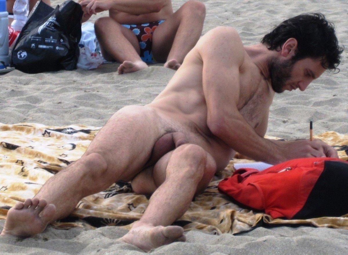 Des hommes nus et sexy sur la plage - 4plaisir